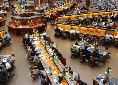 Visuel étudiants dans une librairie