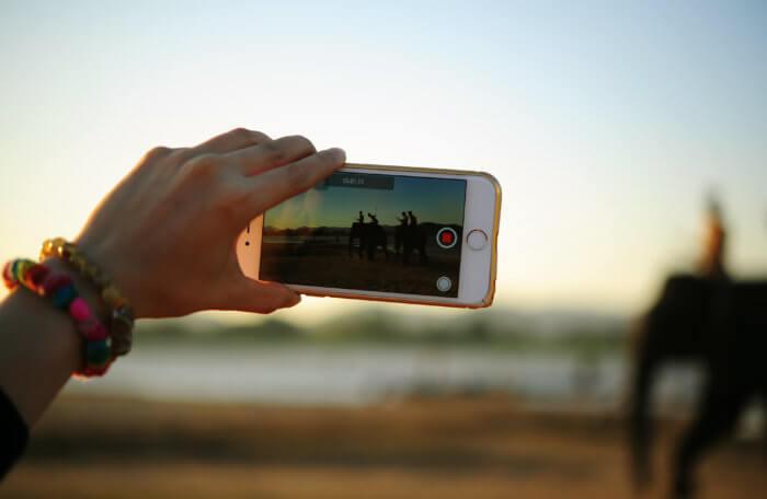 Visuel influenceur prenant une vidéo
