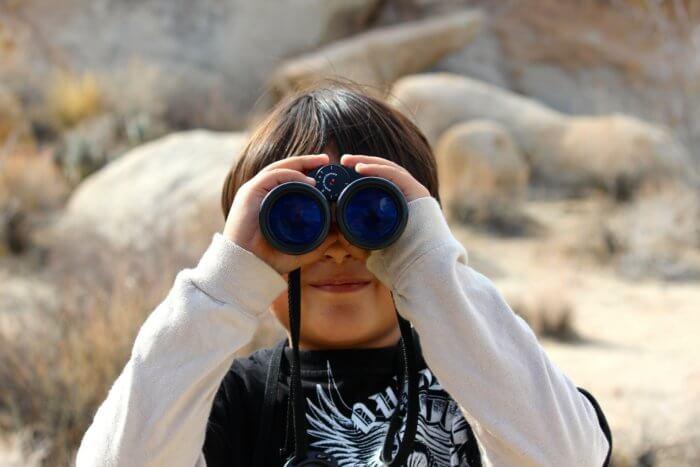 Visuel enfant regardant à travers des jumelles